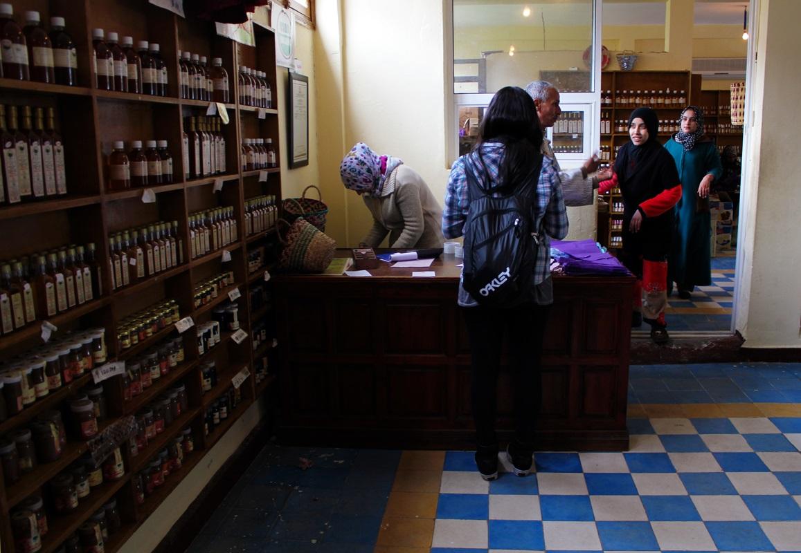 Angel em uma Cooperativa de Argan, Marrocos