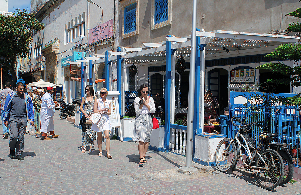 Mulheres turistas passeando em Essaouira, Marrocos