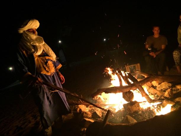Berber acendendo a fogueira do acampamento.