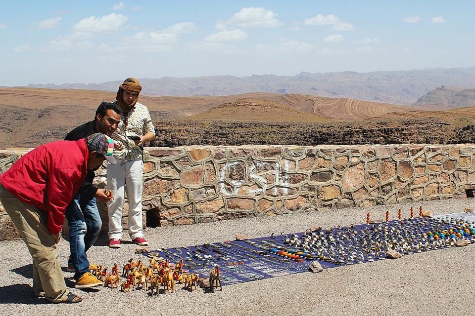 Comprando souvenirs pela estrada com a ajuda do guia