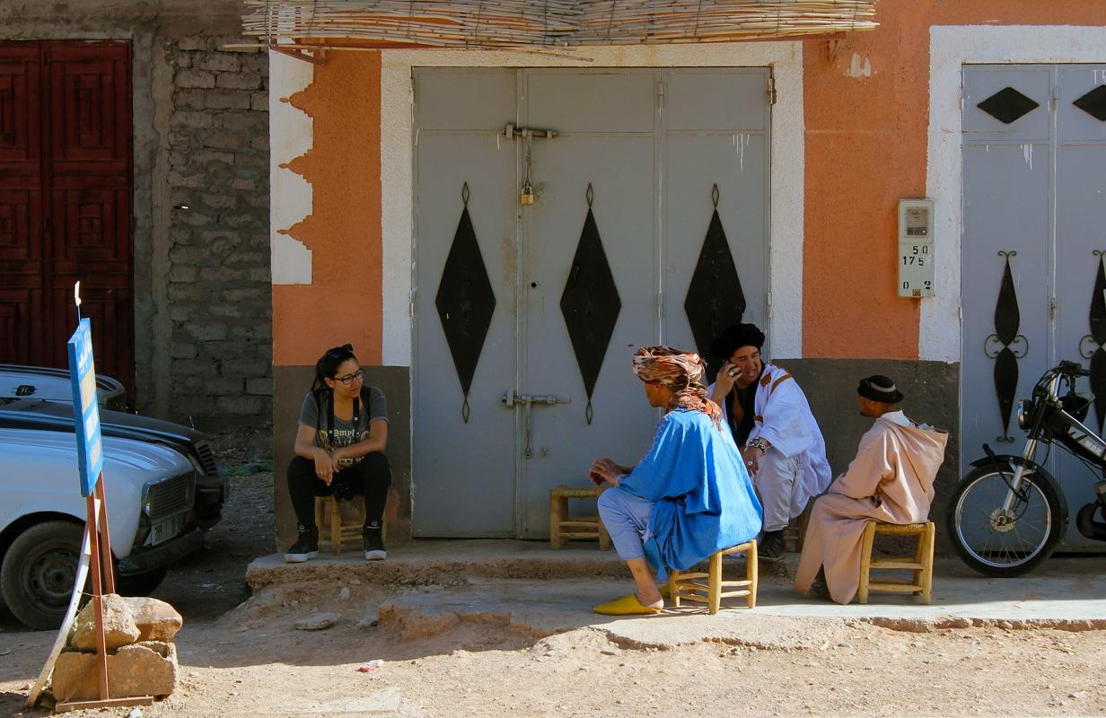 Angel conversando com marroquinos
