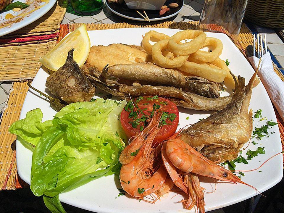 Prato com pescados no almoço em Essaouira