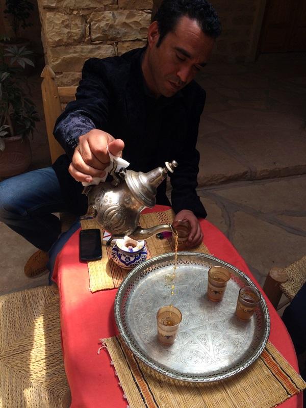 Nosso guia marroquino nos servindo um chá de menta.