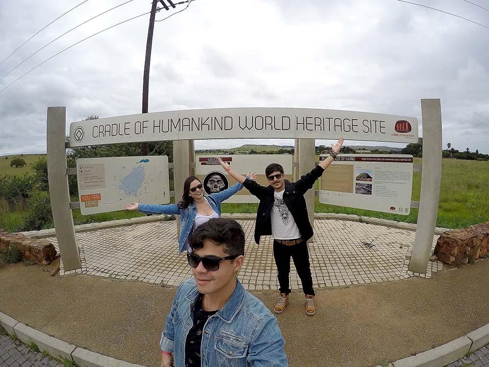 Eu, o Ike e o Rodrigo em frente a placa Cradle of Humankind World Heritage Site.