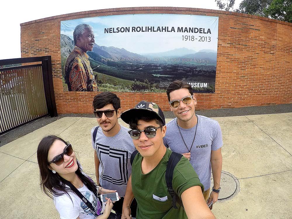 Eu, Ike, Rodrigo e meu irmão Renan em frente ao outodoor em homenagem ao Nelson Mandela no muro do Apartheid Museum.