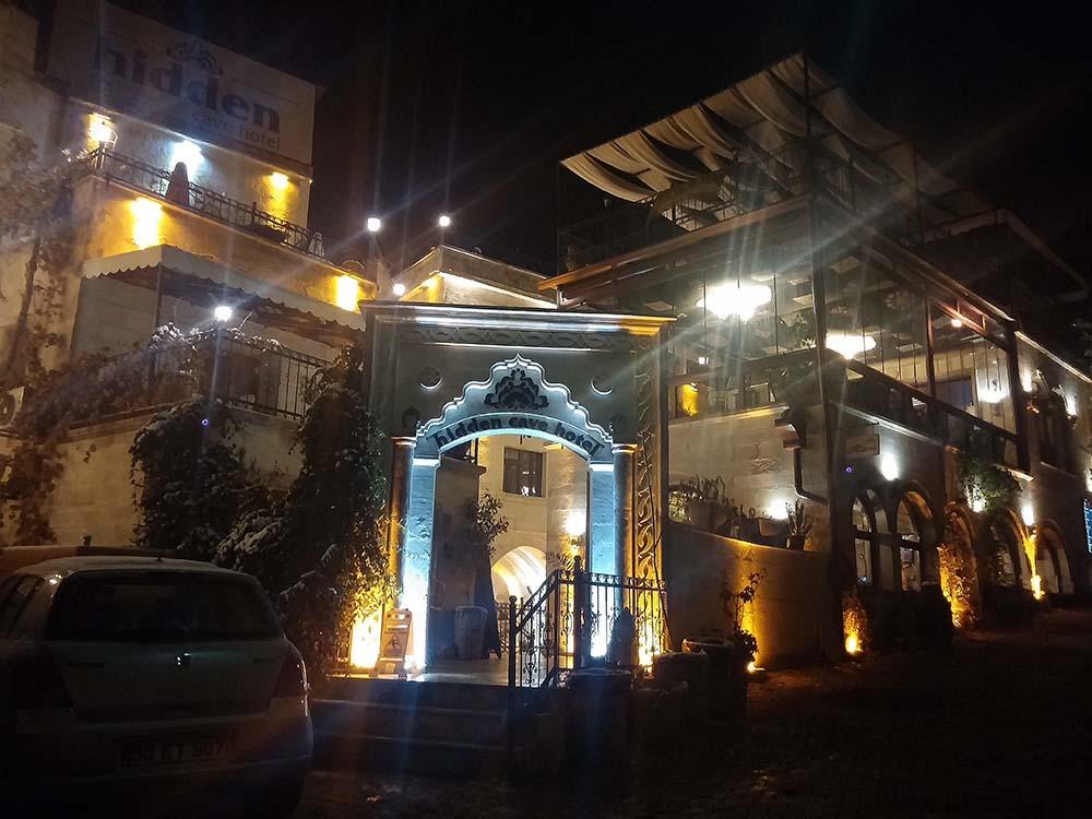 hotel_hidden_cave_capadocia_fachada_noite