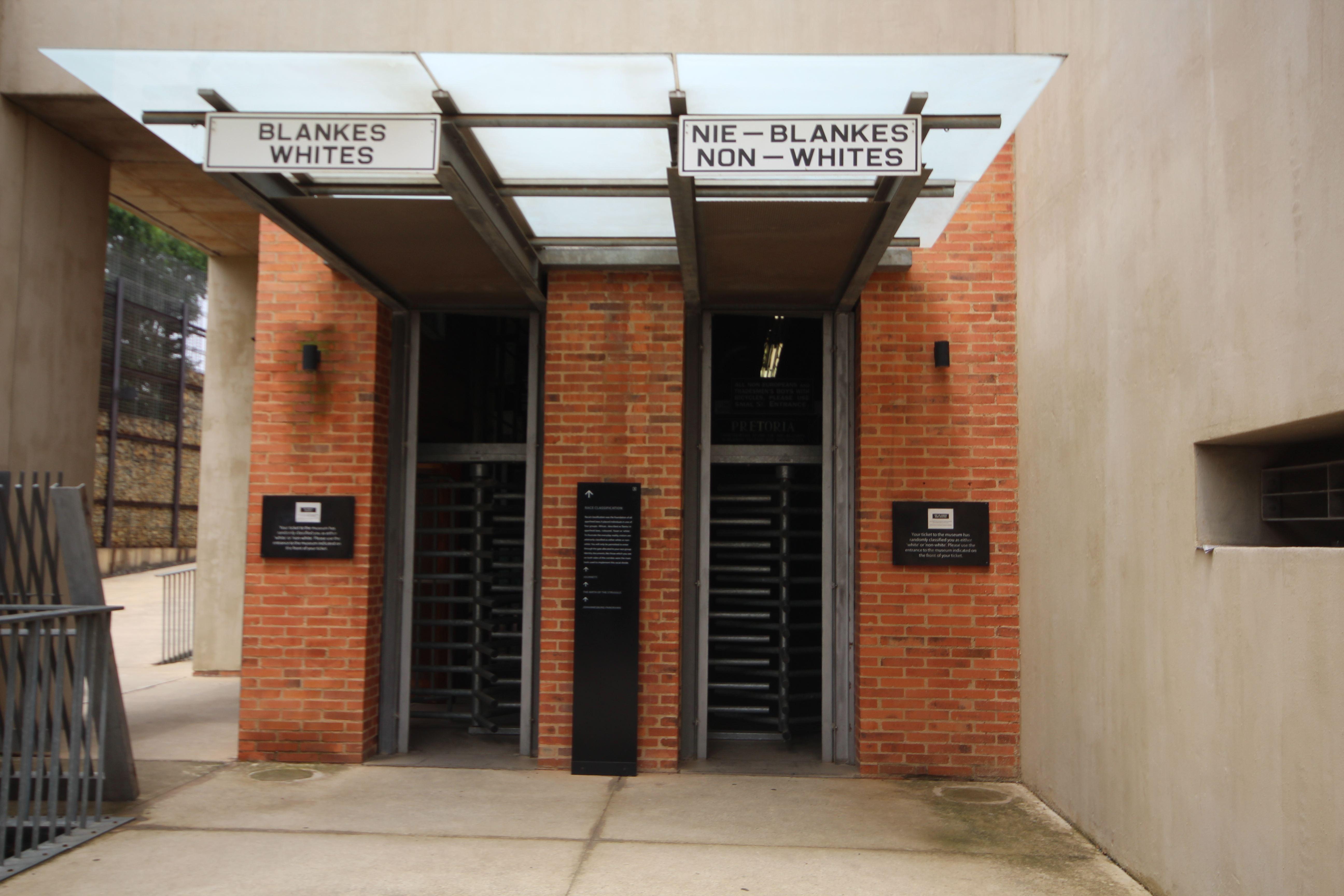 O Apartheid Museum possui duas portas de entrada: Uma para brancos e outra para não brancos.