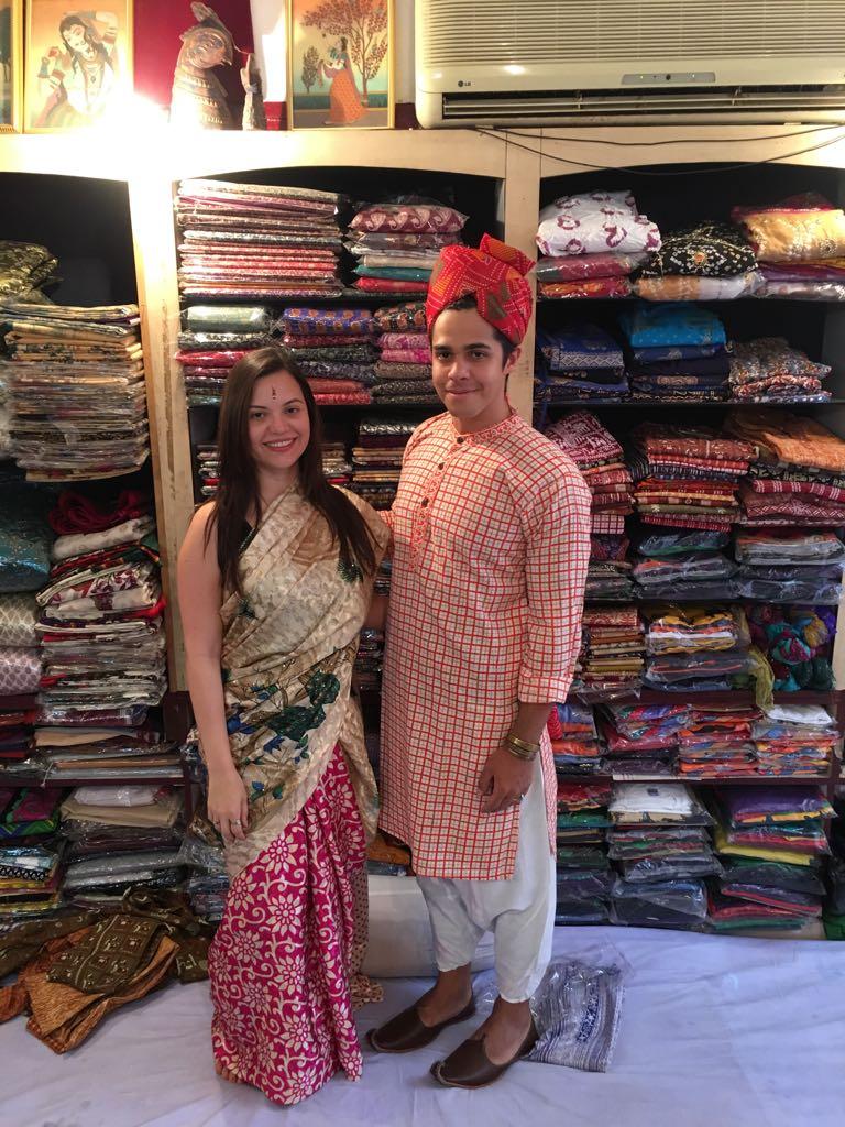 Amanda e Rodrigo em uma loja vestidos com roupas típicas indianas.