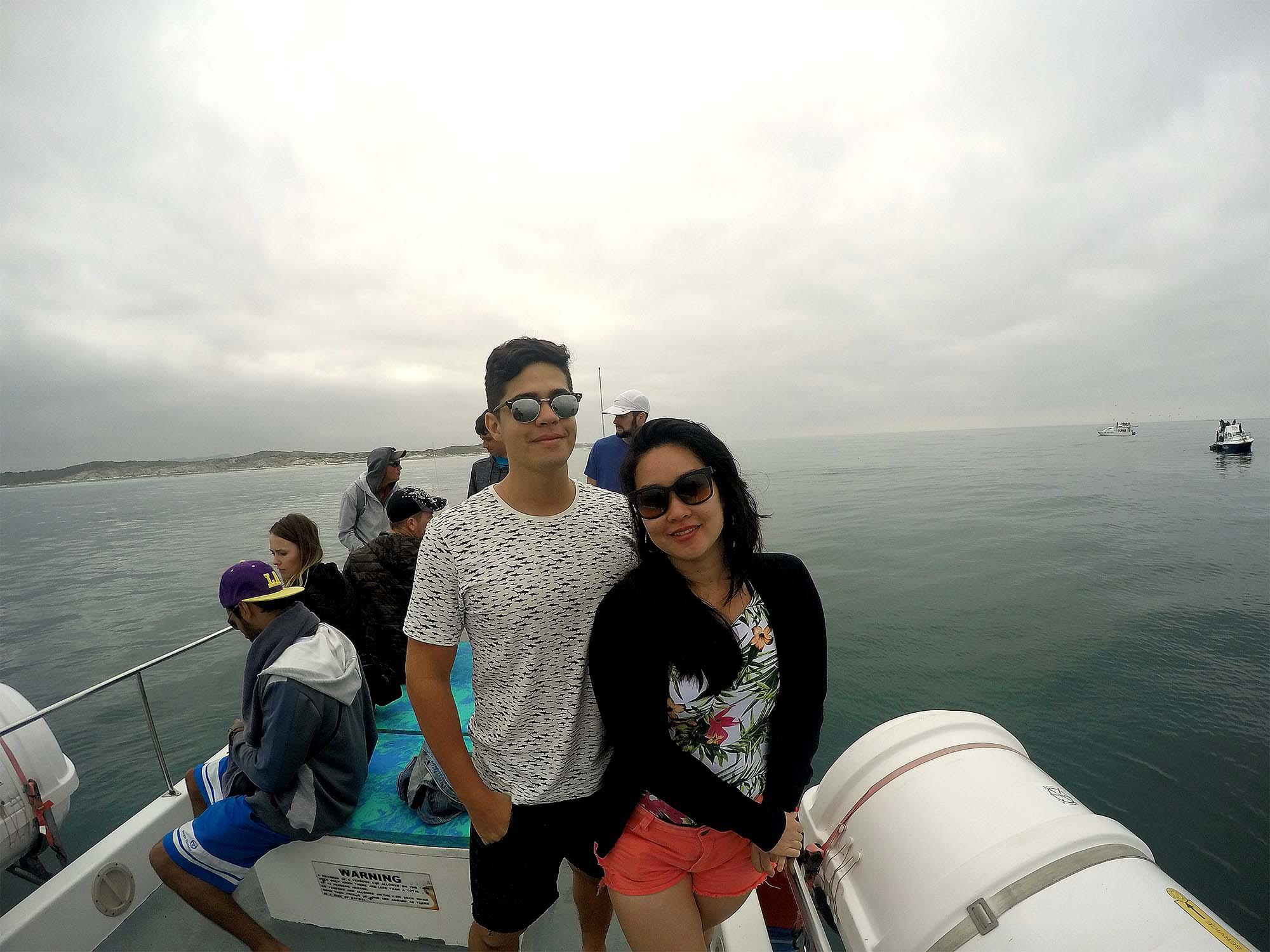 Rodrigo e Bia em cima do barco da White Shark Ventures