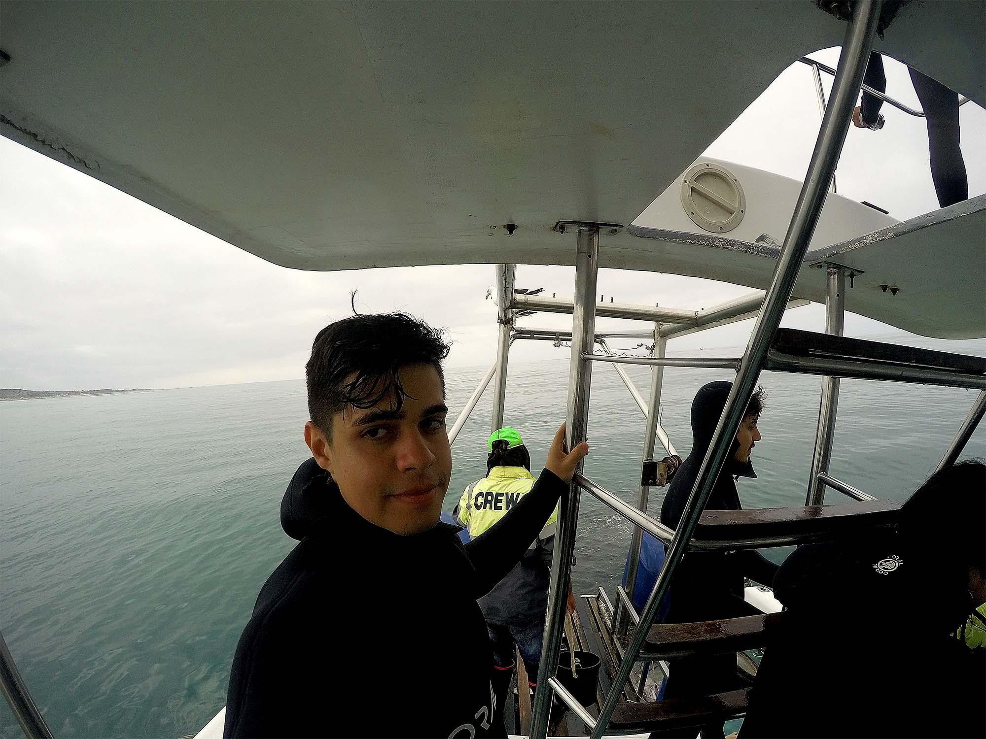 Rodrigo desanimado depois de sair da gaiola e não ter visto os tubarões de perto.