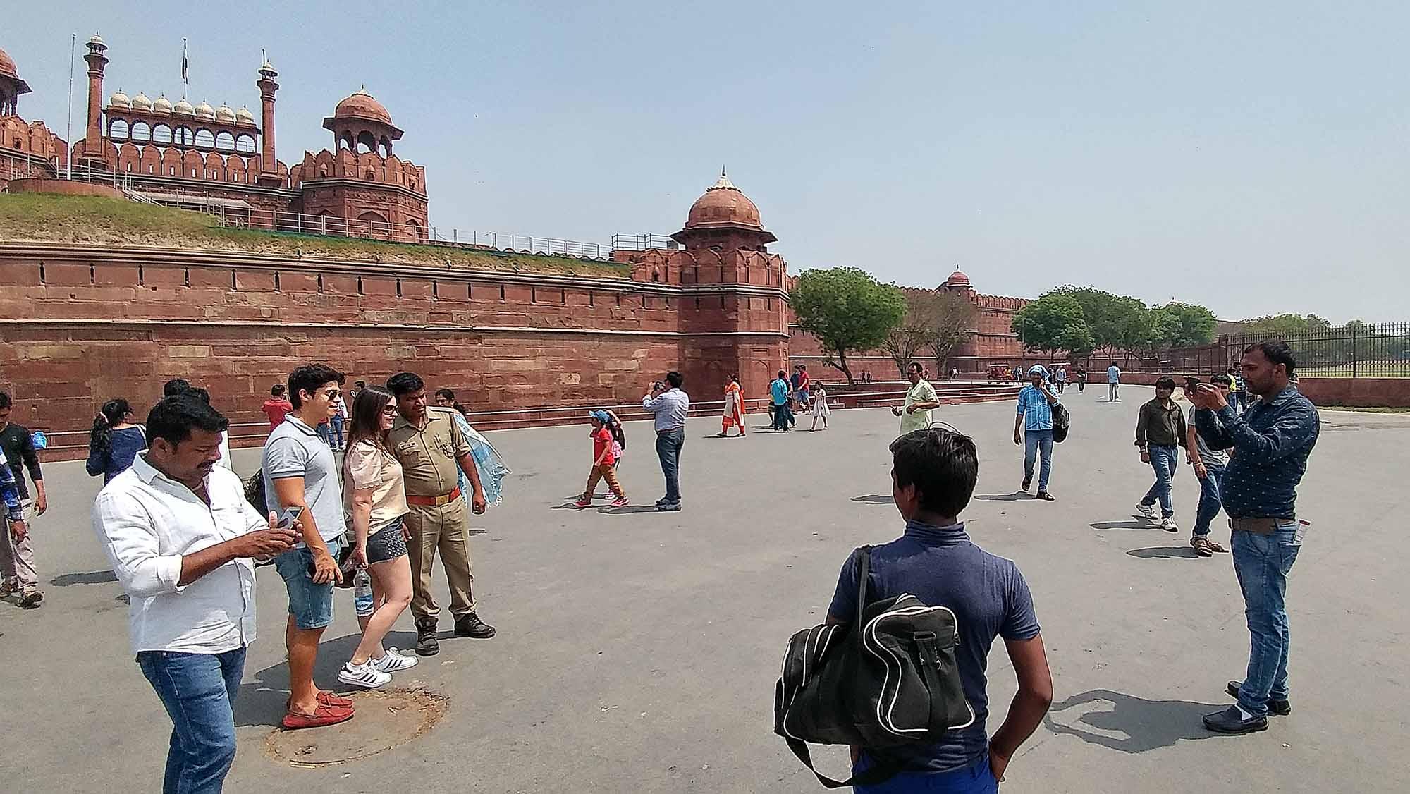 Indianos pediram para tirar fotos com a Amanda e o Rodrigo em frente ao Forte de Nova Delhi, India.