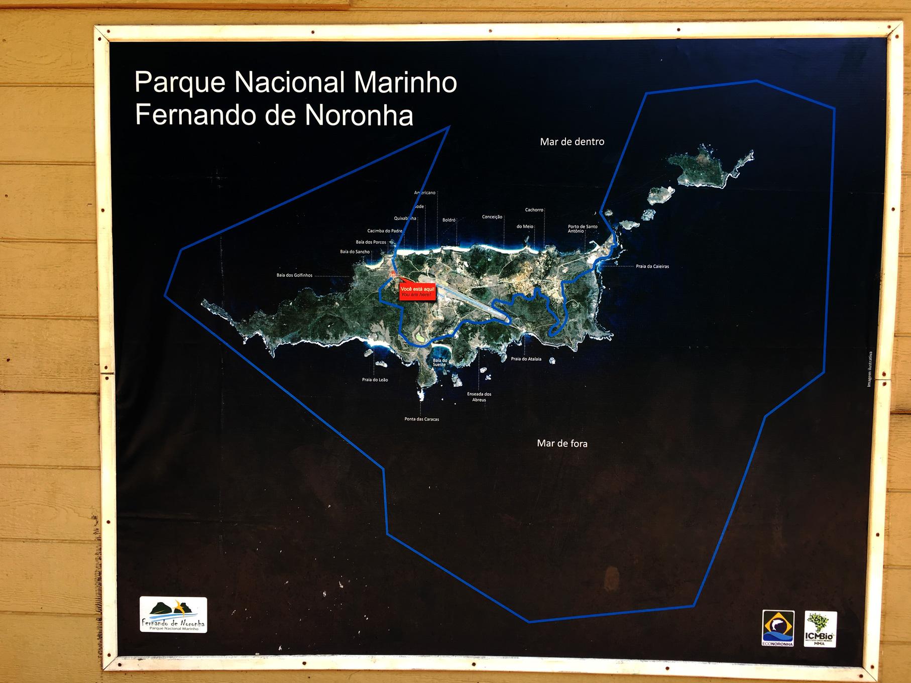 Imagem de satélite do arquipélago de Fernando de Noronha com a demarcação da área do Parque Nacional Marinho.