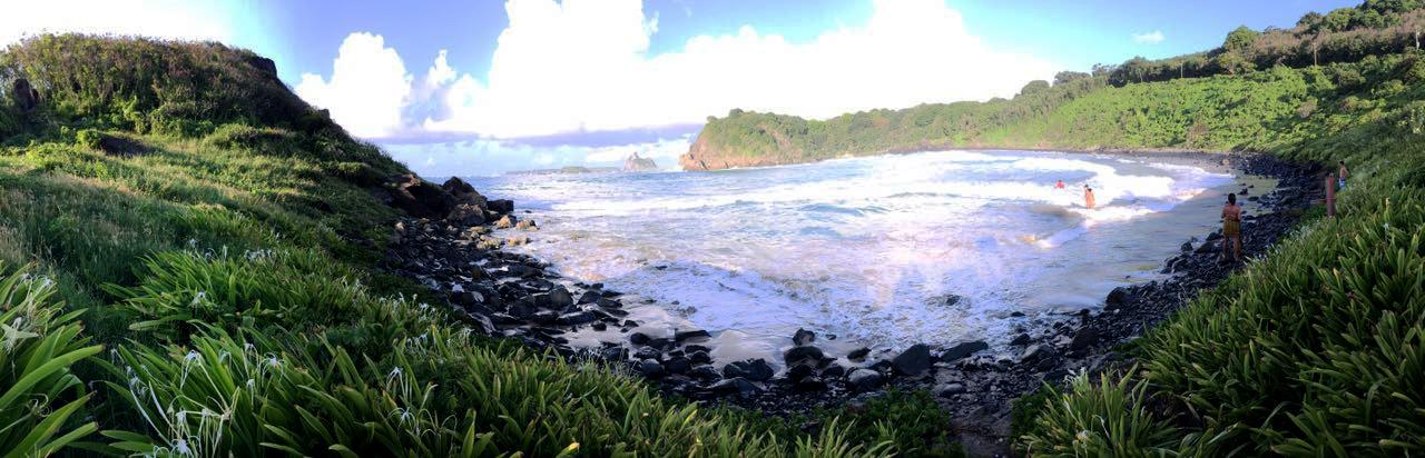 Vista da praia do meio de Fernando de Noronha