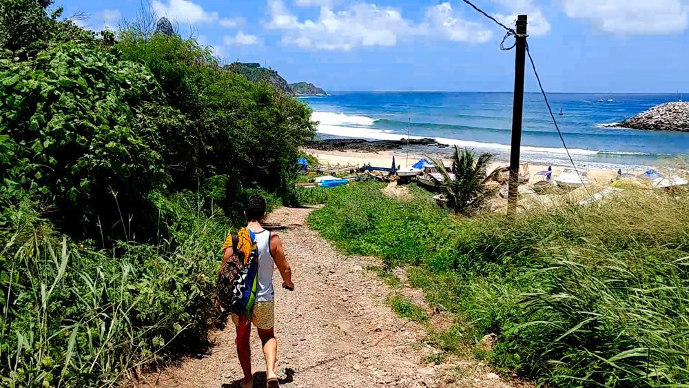 Rodrigo descendo a ladeira em direção a praia do Porto em Fernando de Noronha.