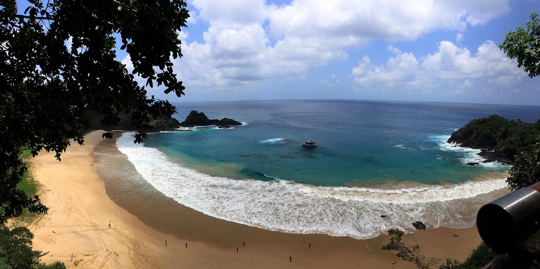 Vista do mirante da Praia do Sancho em Fernando de Noronha.