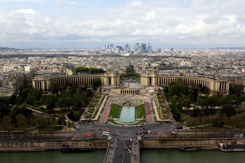 Vista da cidade de Paris, pelo segundo andar da Torre Eiffel.