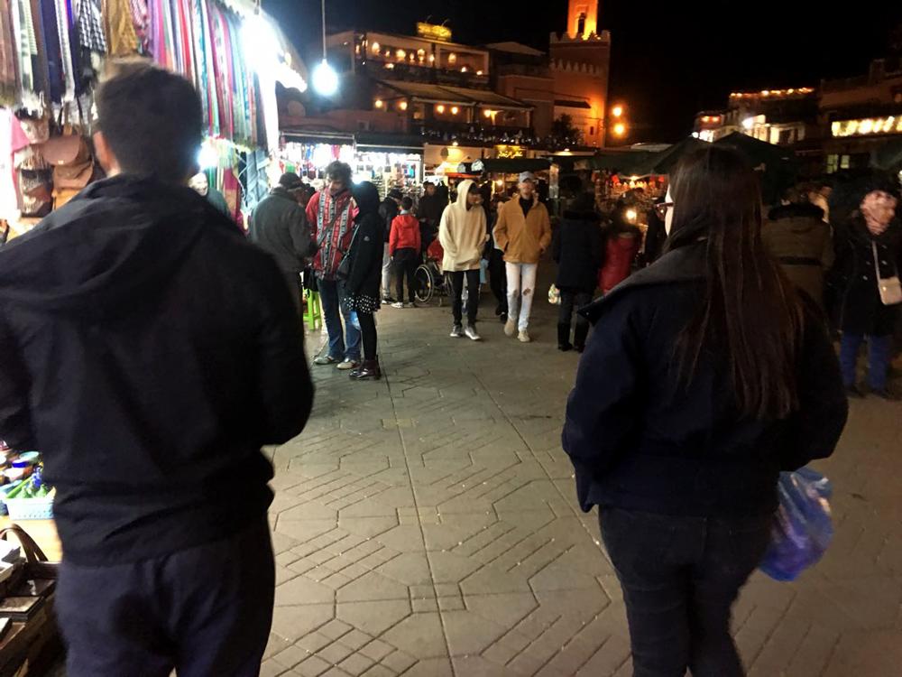 Caminhando a noite na praça Jeema El Fna