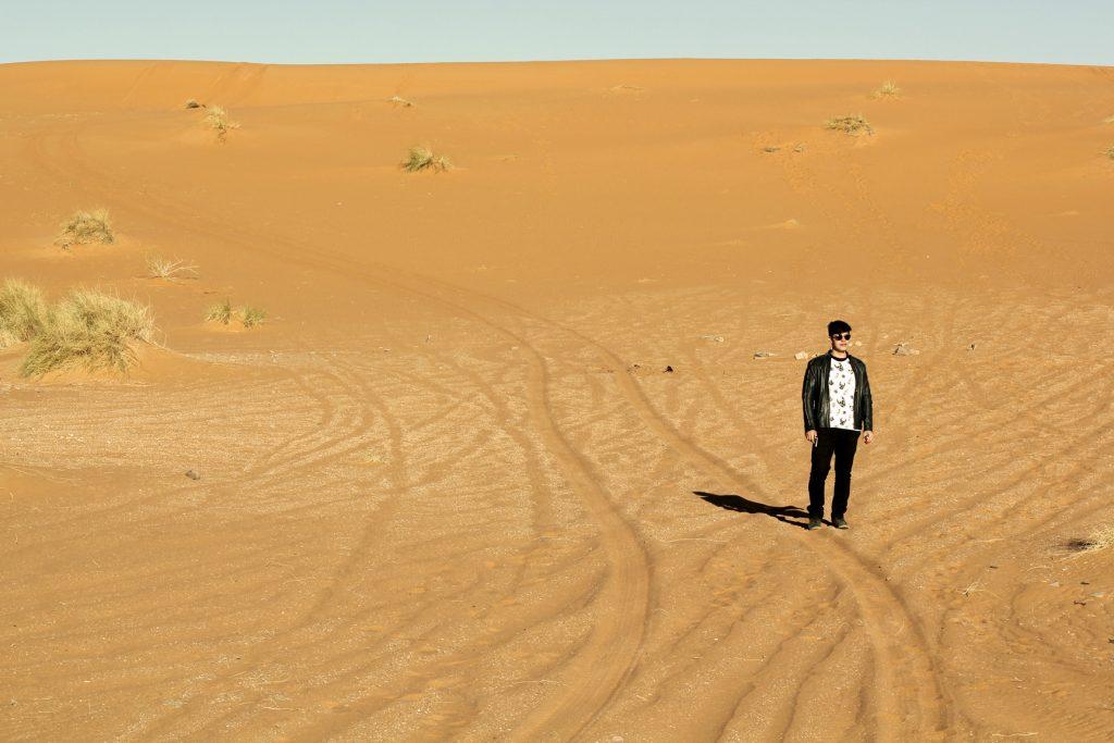 De manhã nas dunas do deserto de Ouzina