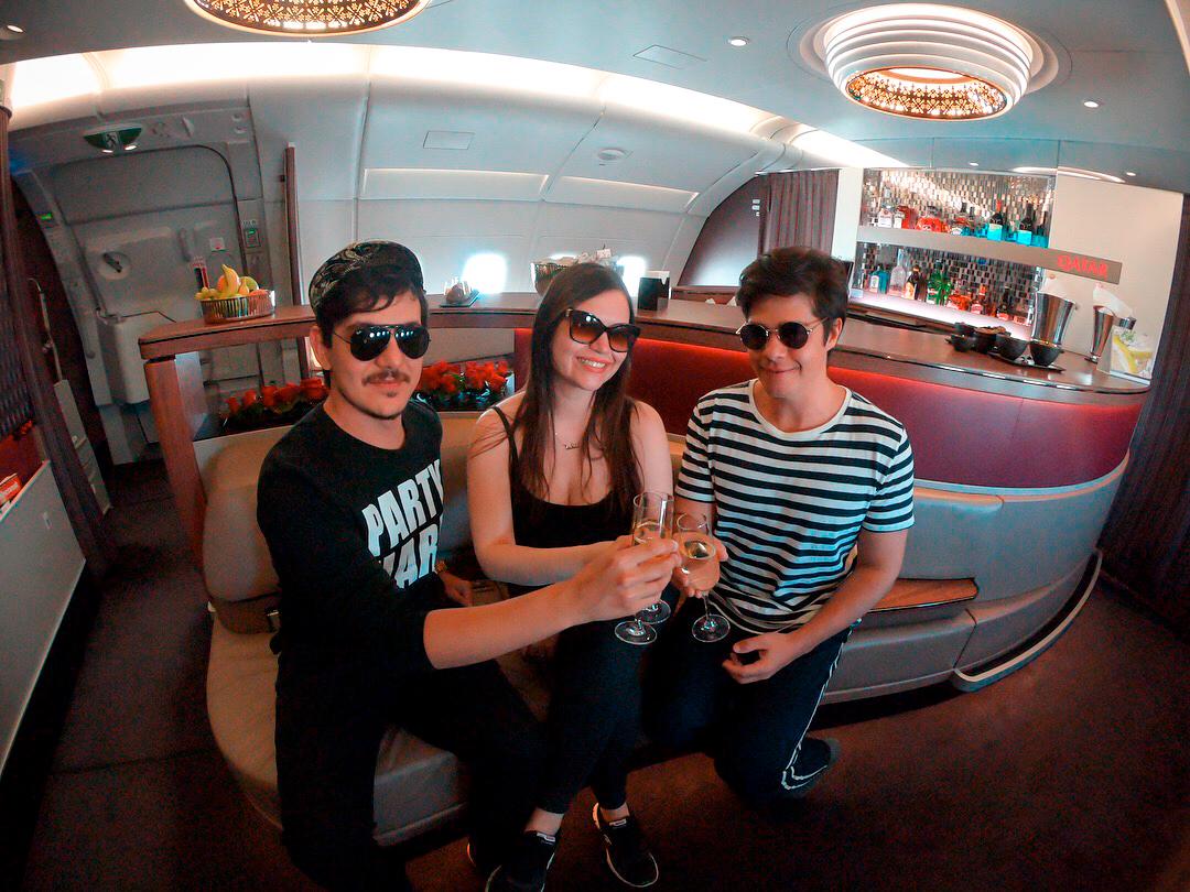 Brindando no bar do avião da Qatar Airways
