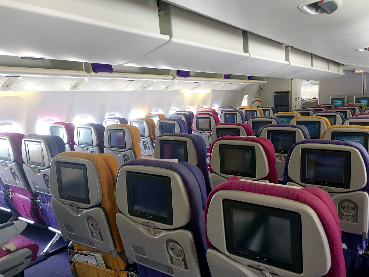Como é voar na classe econômica da Thai Airways no 777-200ER de Phuket a Bangkok