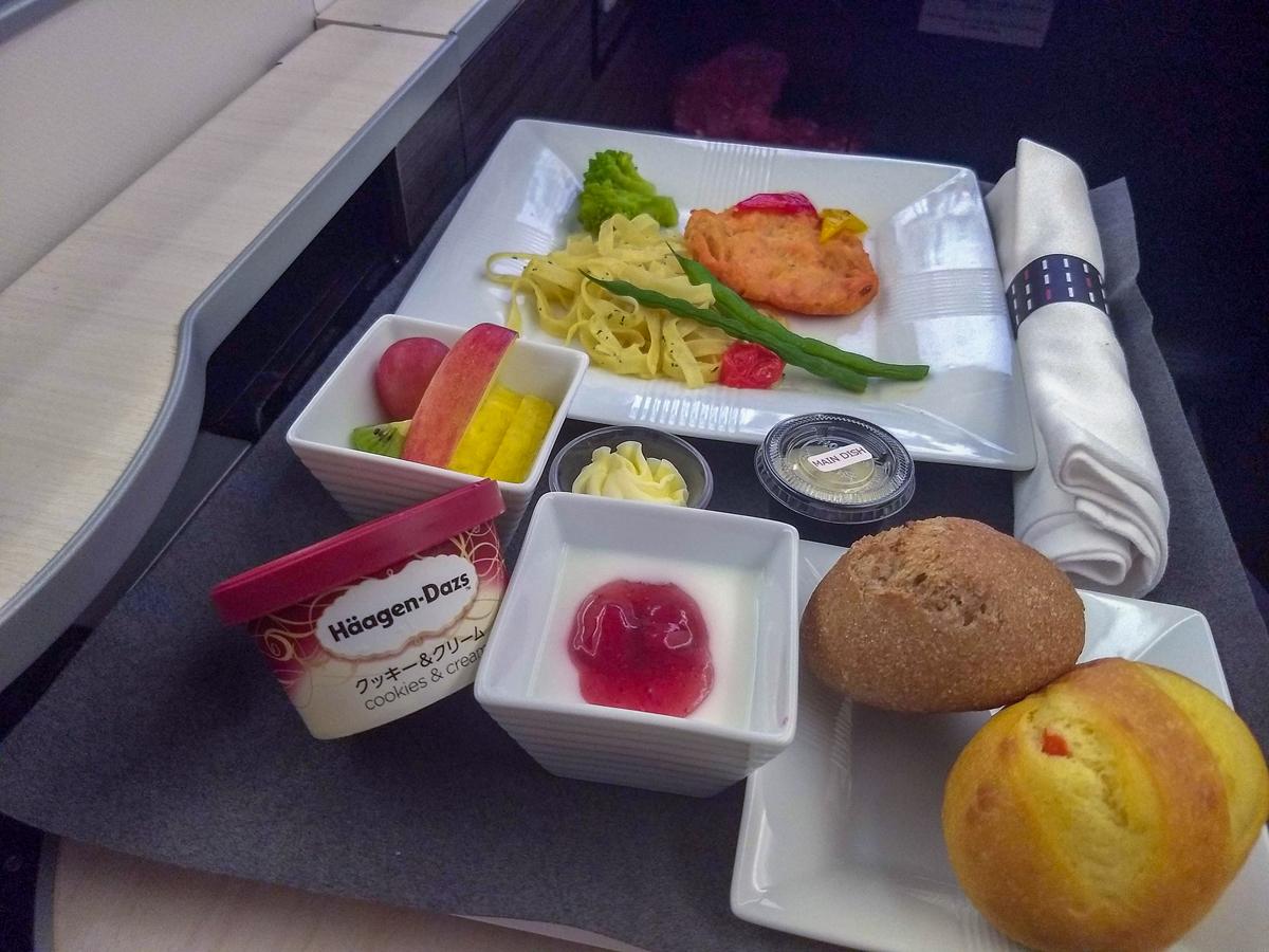 Almoço: Macarrão com hambúrguer de salmão. classe executiva da JAL - Japan Airlines no avião 787-900