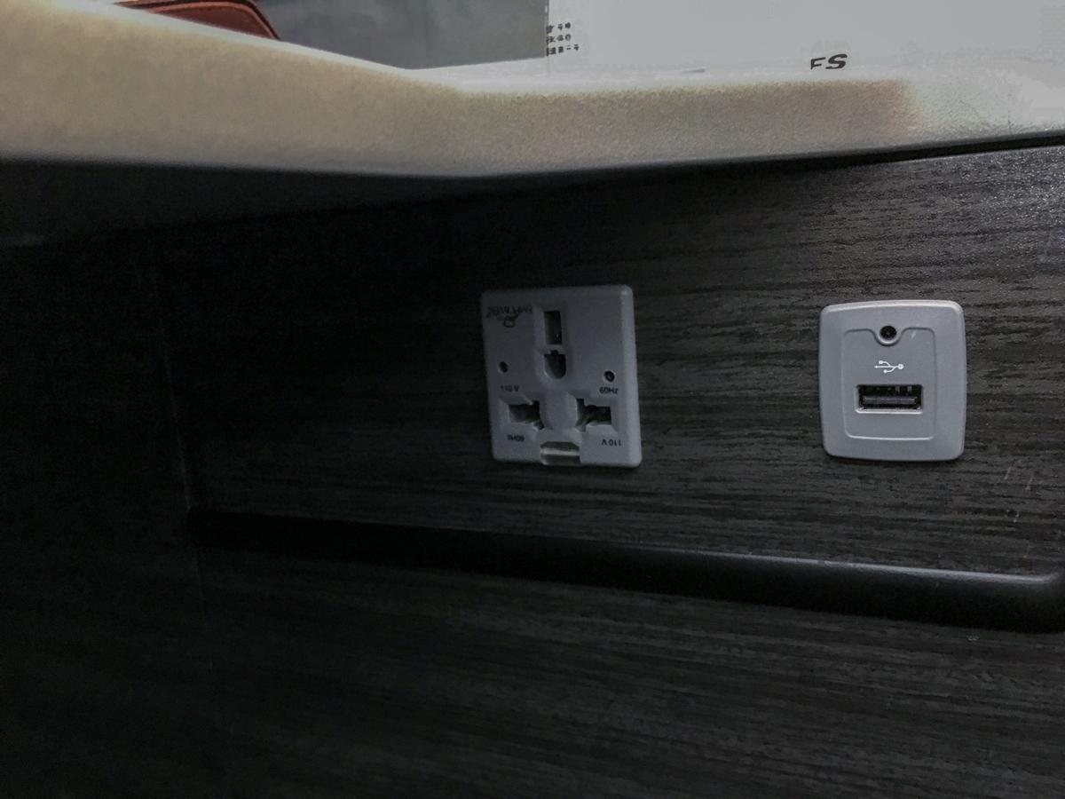 Tomada e USB: JAL - Japan Airlines no avião 787-900
