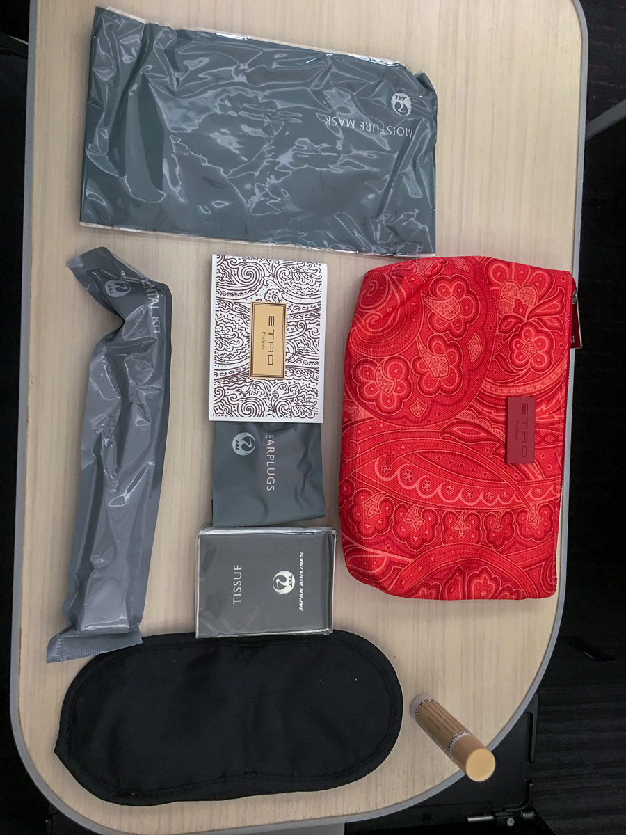 Amenity kit: JAL - Japan Airlines no avião 787-900