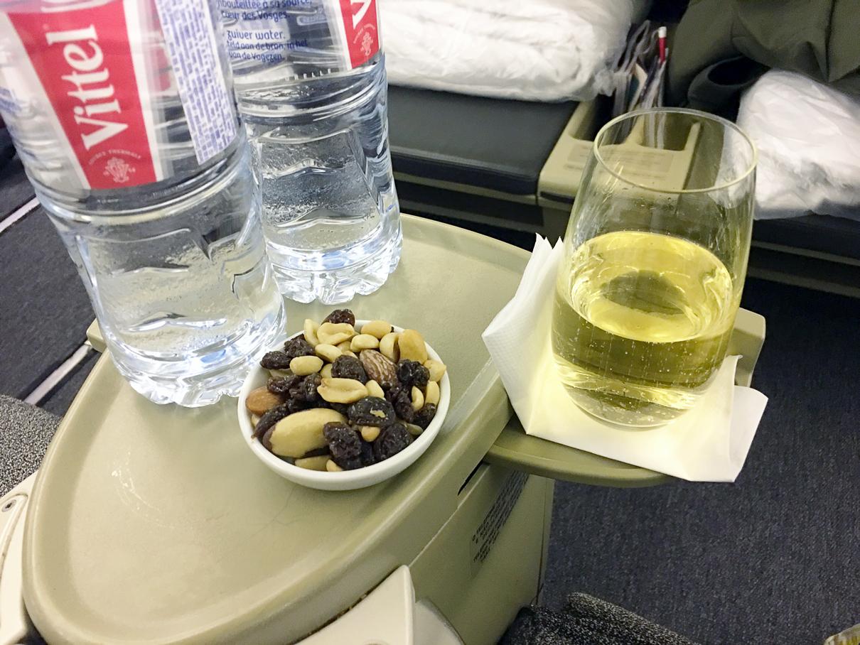 Drink de boas vindas: Classe executiva do B777-300 da Latam Airlines