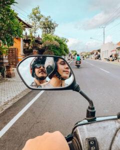 2 rapazes numa scooter em Bali