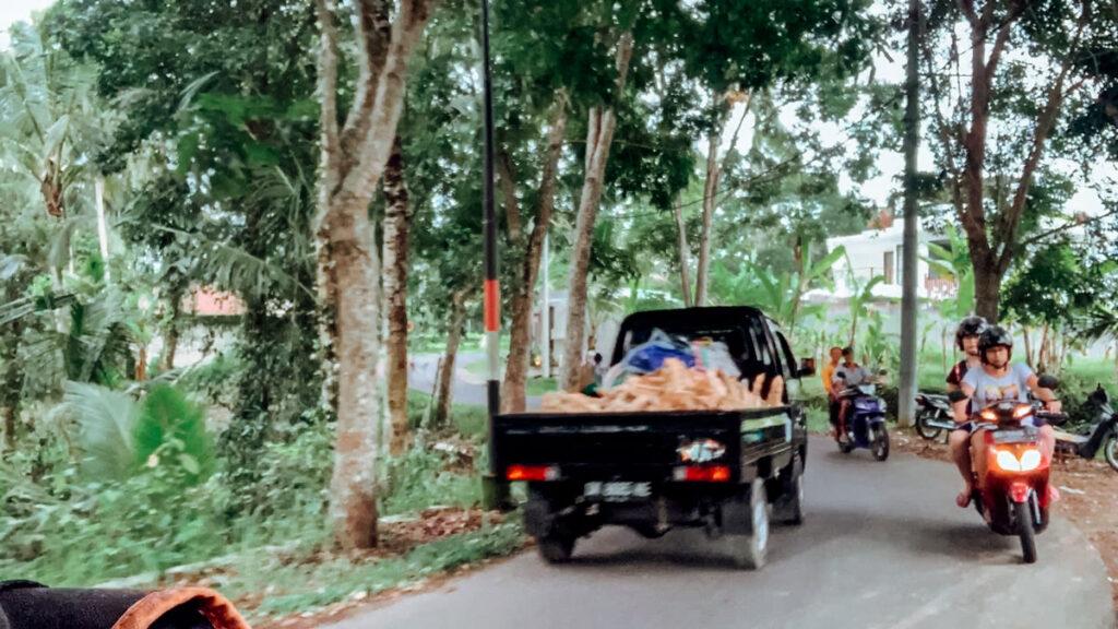 As ruas são apertas em Bali para andar de moto