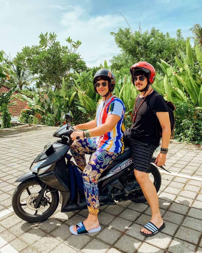 2 rapazes sentados numa scooter honda vario em Bali